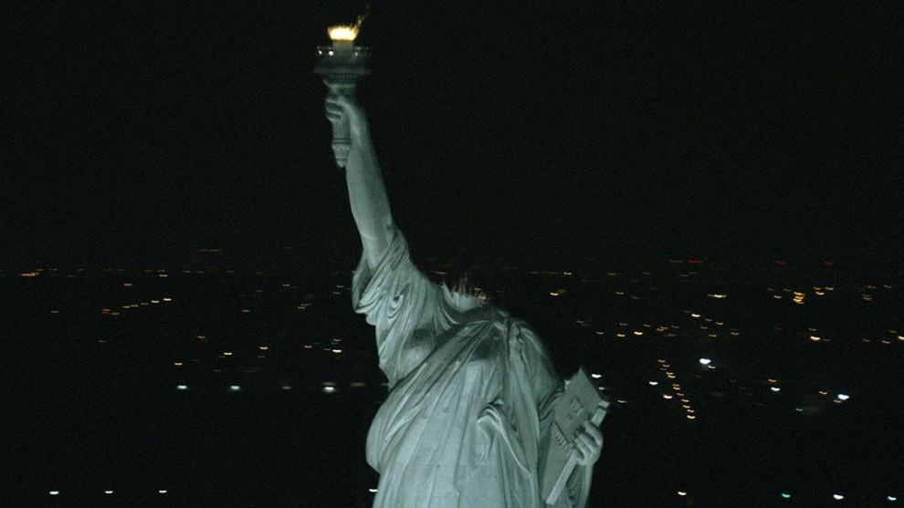 3. В фильме «Монстро» 2008 года группа молодых людей должна спастись от безжалостного монстра, свирепствующего в Нью-Йорке. Даже Статуе Свободы не удалось остаться невредимой. (Paramount Pictures)