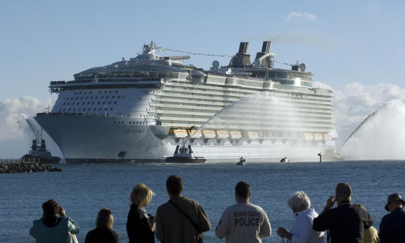 3. Новейший круизный лайнер компании «Royal Caribbean International» «Оазис морей» заходит в Порт Эверглйэд, штат Флорида, 13 ноября 2009 года. При длине почти четырех футбольных полей (361 метр) «Оазис» является самым длинным круизным лайнером в компании. «Royal Caribbean International» планирует запустить первый круиз 5 декабря. (UPI/Joe Marino-Bill Cantrell)