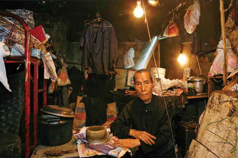 16. 70-летний Чан Куен живет в Шек Кип Мей уже 10 лет. Работает он на швейной фабрике. На вопрос, что больше всего нравится в этом месте, ответил: «Оно почти бесплатное по сравнению с другими». (Michael Wolf/ New York Times Lens)