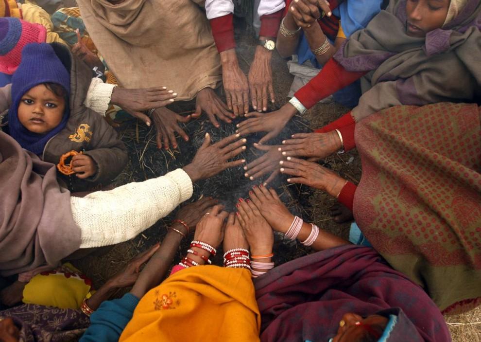 3) Para berjemur setia dalam antisipasi awal sebuah upacara pengorbanan.  Festival ini digelar setiap lima tahun Gadhimay.  Para anggotanya percaya bahwa hewan korban kepada dewi dapat membawa kemakmuran dan mengakhiri pengaruh kekuatan jahat.  (Gopal Chitrakar / Reuters)