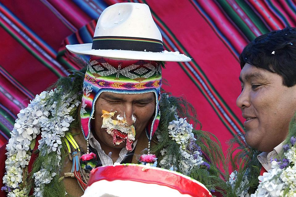 3) Президент Боливии Моралес кусает торт во время митинга в Батальясе. Моралес, который отметил свое 50-летие в прошлый понедельник, сейчас проводит кампанию по своему повторному избранию на президентский пост. Президентские выборы в Боливии пройдут в декабре. (David Mercado / Reuters)