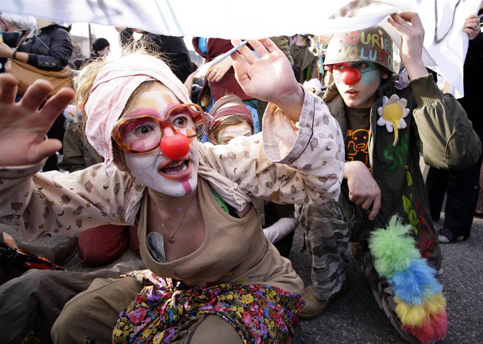 5) Многие из протестовавших в Женеве были одеты в костюмы, с помощью которых они хотели осмеять деловых и государственных деятелей. (Valentin Flauraud/Reuters)