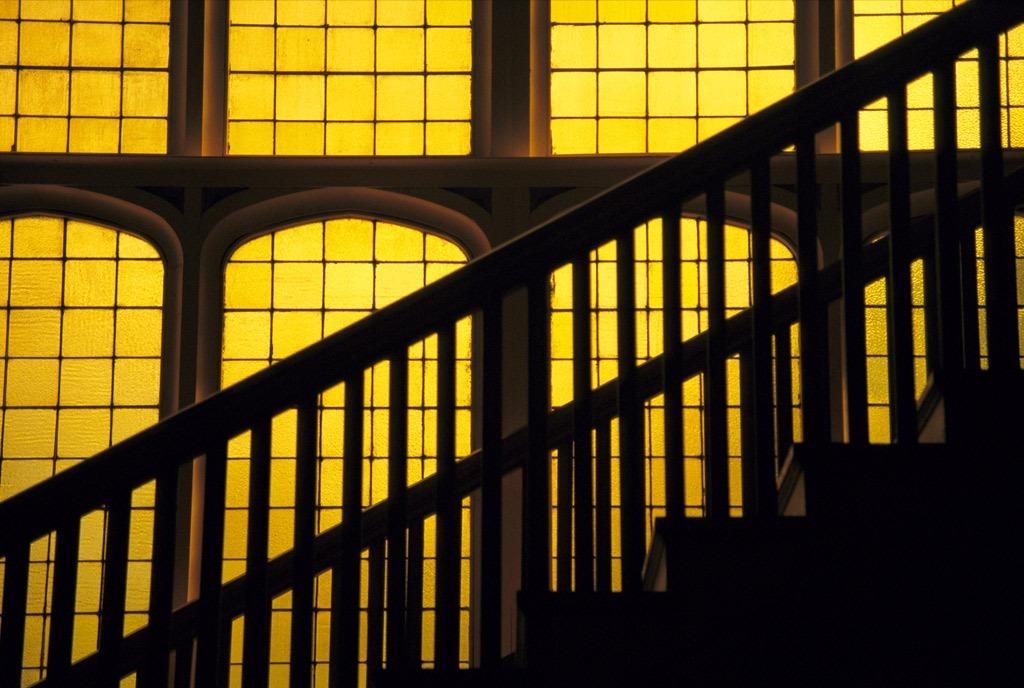 3. Пролет лестницы выделяется на фоне ярко-желтого витражного стекла в Университете Колорадо в Болдере. (David Evans)