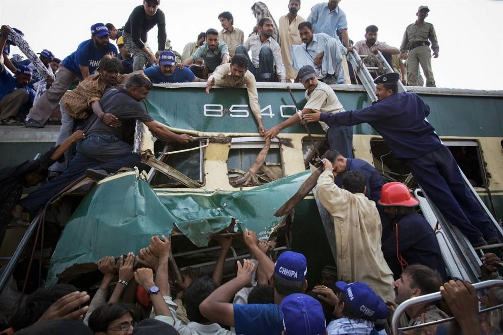 4. Спасатели и добровольцы эвакуируют пострадавших в столкновении поездов в Карачи, Пакистан. Как сообщают представители пакистанской железной дороги, при столкновении двух поездов недалеко от станции Джумма Гот погибло около 12 человек и 35 получили ранения. (Daniel Berehulak / Getty Images)