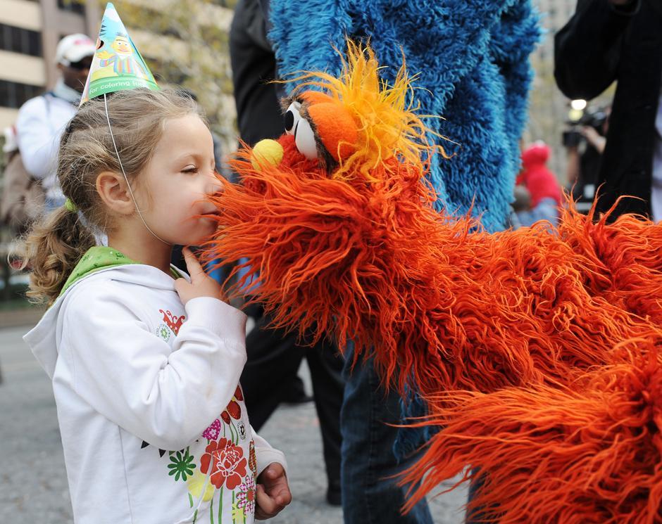 4. 9 ноября 2009: Сиппора Харрис целует Мюррея из «Улицы Сезам» в Нью-Йорке накануне празднования 40-летия знаменитого детского телешоу.
