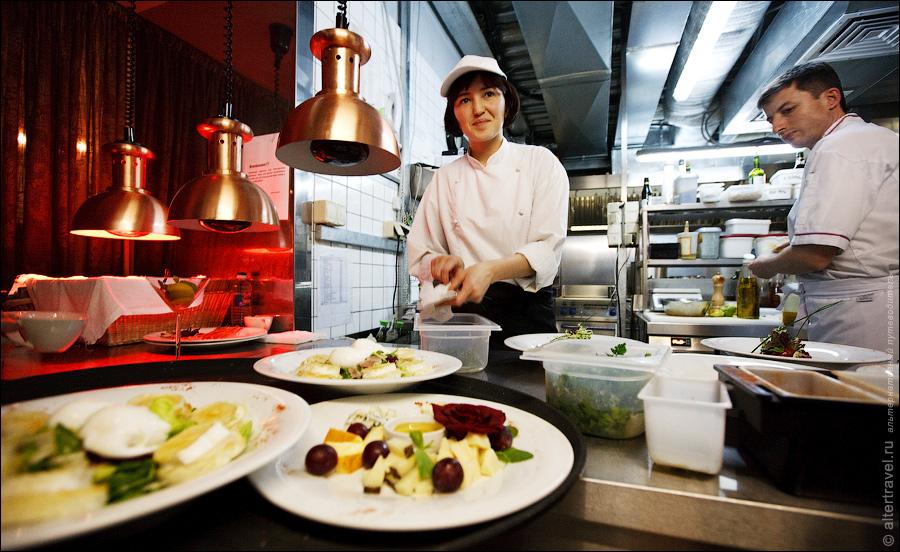 4) В целом как оказалось на кухне каждый человек отвечает за отдельный этап приготовления того, или иного блюда.