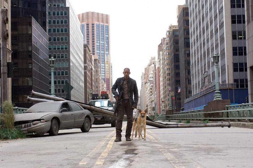 4. В фильме 2007 года «Я легенда» Уилл Смит играет Роберта Невилла – одного из последних выживших в вирусной эпидемии, которая превратила человечество в поедающих плоть зомби. Фильм основан на романе Ричарда Мэтсона. Это уже третья экранизация книги. (Warner Bros. Pictures)