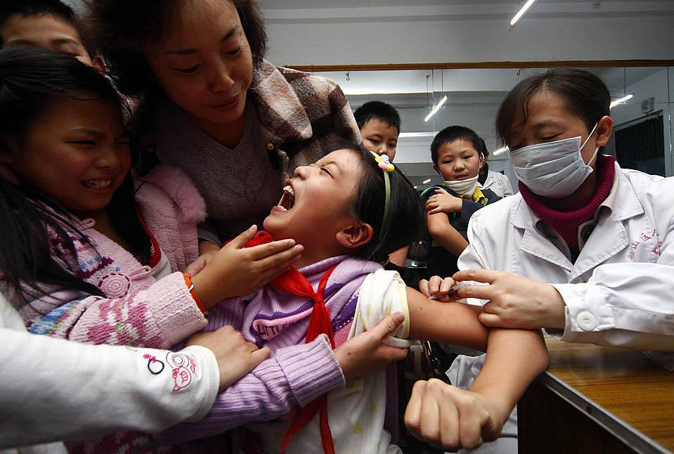 4) Школьнице делают инъекцию вакцины от гриппа H1N1 в больнице города Суйнин, Китай. Как сообщает Всемирная организация здравоохранения, сейчас в Китае и Японии люди все чаще заболевают свиным гриппом, после необычно раннего начала зимнего сезона гриппа в Европе, Центральной Азии и Северной Америке, сказал. (Stringer/Reuters)