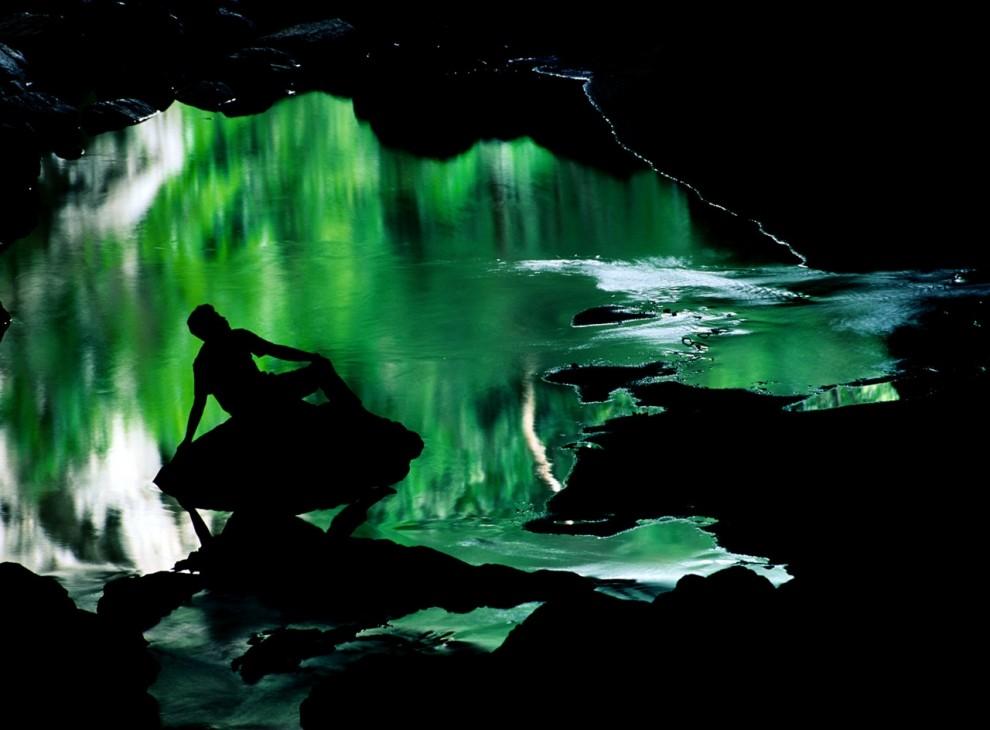 4. Водоем в устье Рио Фрио Кейв отражает зеленое убранство лесов Чиквибуд и обрамляет силуэт туриста. Речная пещера легко доступна и поэтому привлекает большое количество туристов. (Raymond Gehman)