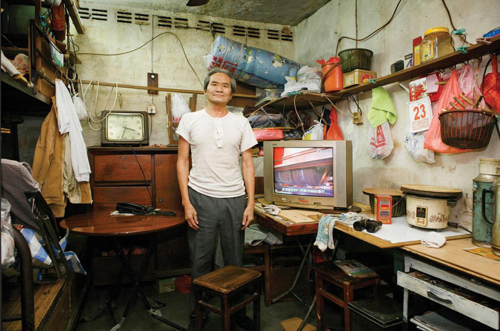 15. 64-летний Ям Лау Манн жил в Шек Кип Мей 24 года. Работает на заводе. На вопрос, что больше всего нравится в этом месте, ничего не ответил. (Michael Wolf/ New York Times Lens)