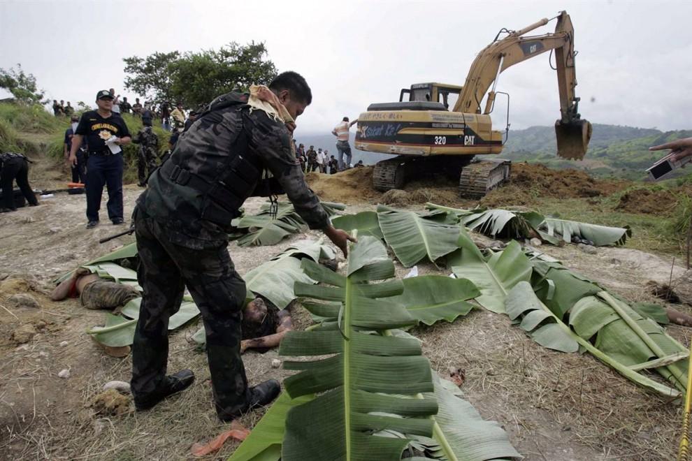 4) Полицейские прикрывают трупы банановыми листьями. Как заявил ПНА подполковник шестой пехотной дивизии Джонатан Понсе (Jonathan Ponce), общее число убитых может достичь 60.