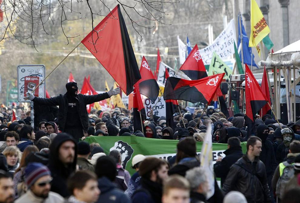 4) Демонстранты идут маршем по Женеве. (Denis Balibouse/Reuters)
