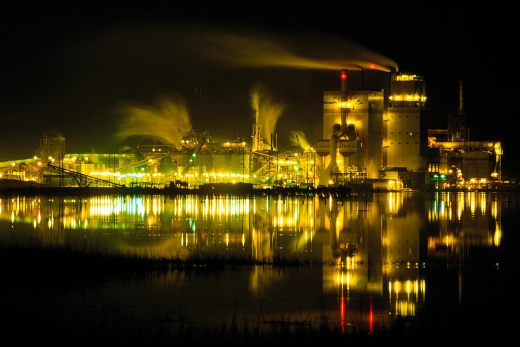 4. На этом фото, сделанном с помощью серийной съемки с временным интервалом, запечатлен тонкий дымок и желтое мерцание бумажной фабрики Джорджия-Пацифик в Брунсвике, штат Джорджия, ночью. Фабрика окружена заболоченной территорией, так называемыми «болотами Глинна» поэта Сиднея Ланьера. (Raymond Gehman)