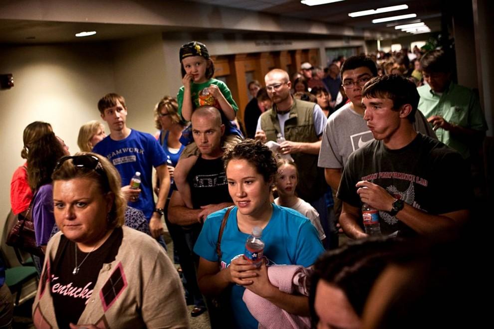 4. Люди стоят в очереди в коридорах больницы «Скотт и Уайт Мемориал» в Темпле, Техас, чтобы сдать кровь, как только было объявлено об необходимости донорской крови в четверг. (Erin Trieb / AP)