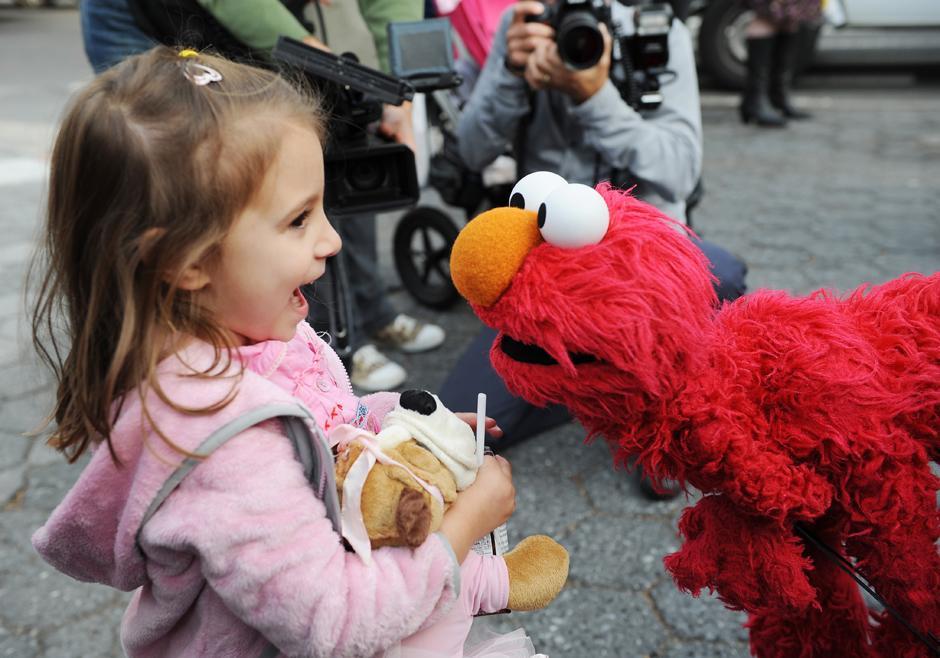 5. 9 ноября 2009: Лесли Каррара-Рудольф разговаривает с Элмо в Нью-Йорке накануне 40-летия вещания популярного телешоу «Улица Сезам».