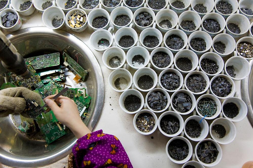 5) Женщина снимает и сортирует чипы из мобильного телефона.