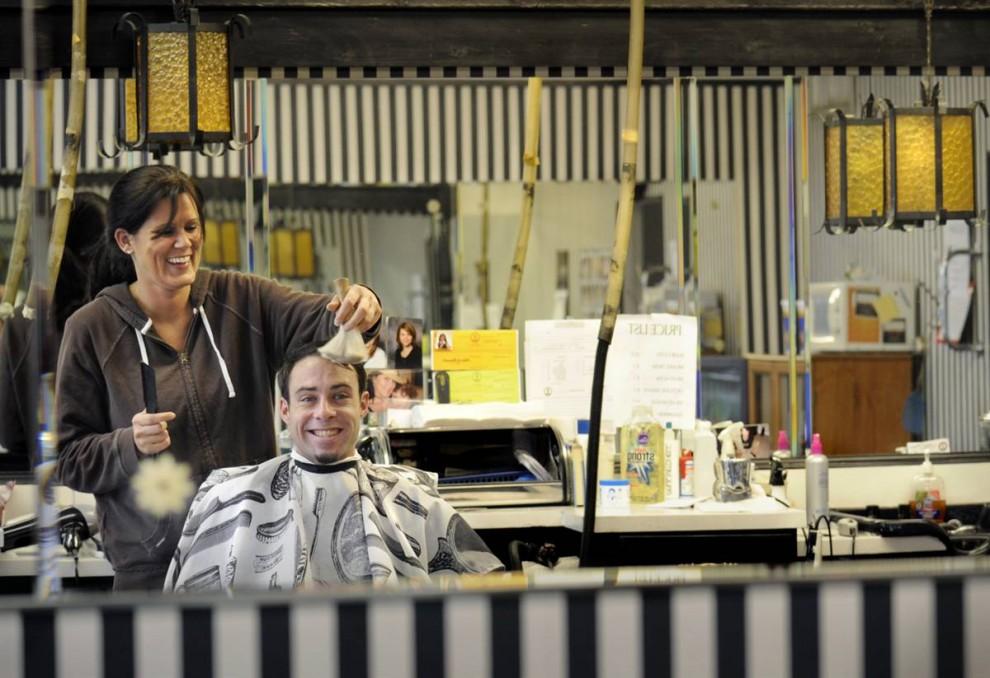 5. Зеркало в парикмахерской в Мюррее, Кентукки, отражает моменты жизни городских жителей, таких как Марк Стоктон и Лори Сандерсон. Люди говорят, что Мюррей – маленький городок, но кажется большим с его банками, торговым центром «Wal-Mart» и несколькими ресторанами фаст-фуда. Несмотря на это, здесь все друг друга знают, особенно, в парикмахерской. Она работает уже 70 лет и несколько раз меняла владельцев. (Andree Kehn/2009 Mountain Workshops)