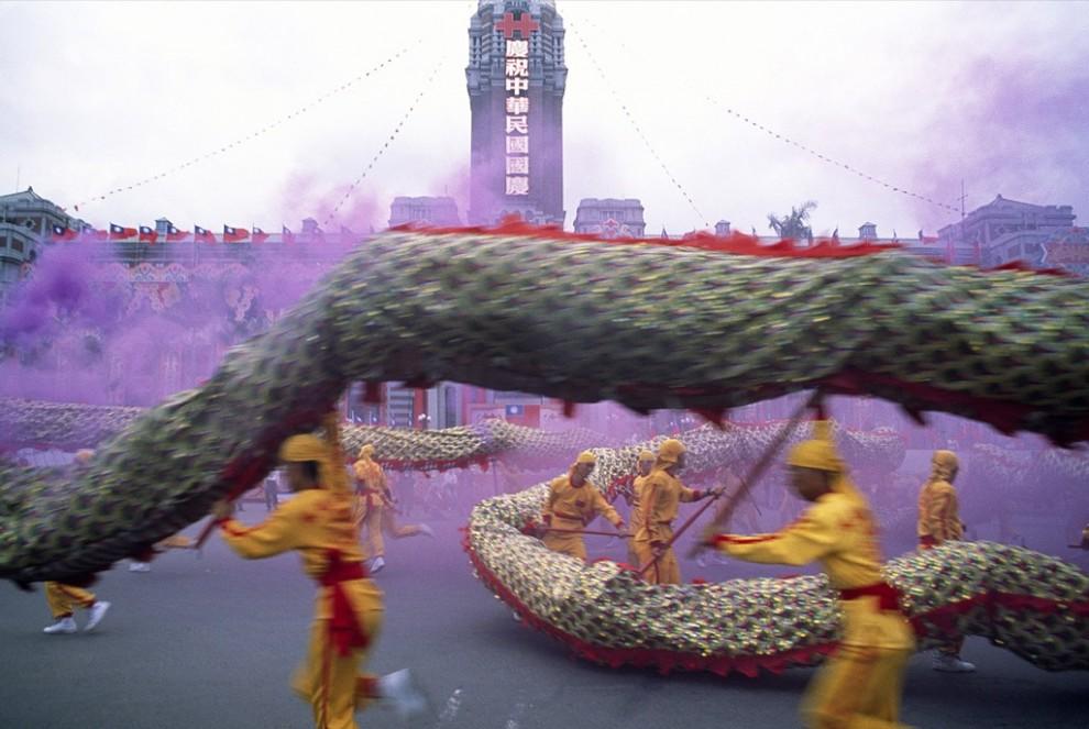 5. Танцоры с драконами репетируют представление для празднования Дня двойной десятки. Это – ежегодный праздник в Тайване, знаменующий окончание правления последней китайской династии. В выступление входит номер, в котором человек сражается с драконом среди кружащихся облаков пурпурного дыма. (Jodi Cobb)