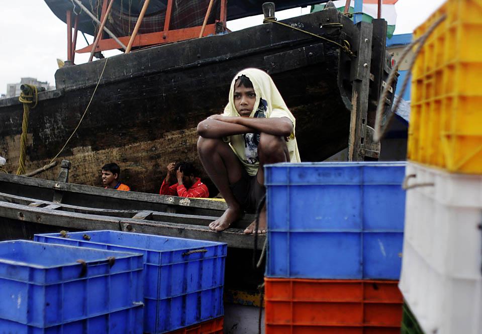 5) Мальчик на рыбацкой лодке в Мумбаи, во время приближения циклона Phyan к западному побережью Индии. Власти закрыли школы и офисы в ожидании стихии. Сотни рыбаков получили предупреждение о необходимости вернуться на берег, поскольку Phyan шел от Аравийского моря, почти 250 км к юго-западу от Мумбаи. (Dhiraj Singh/Associated Press)