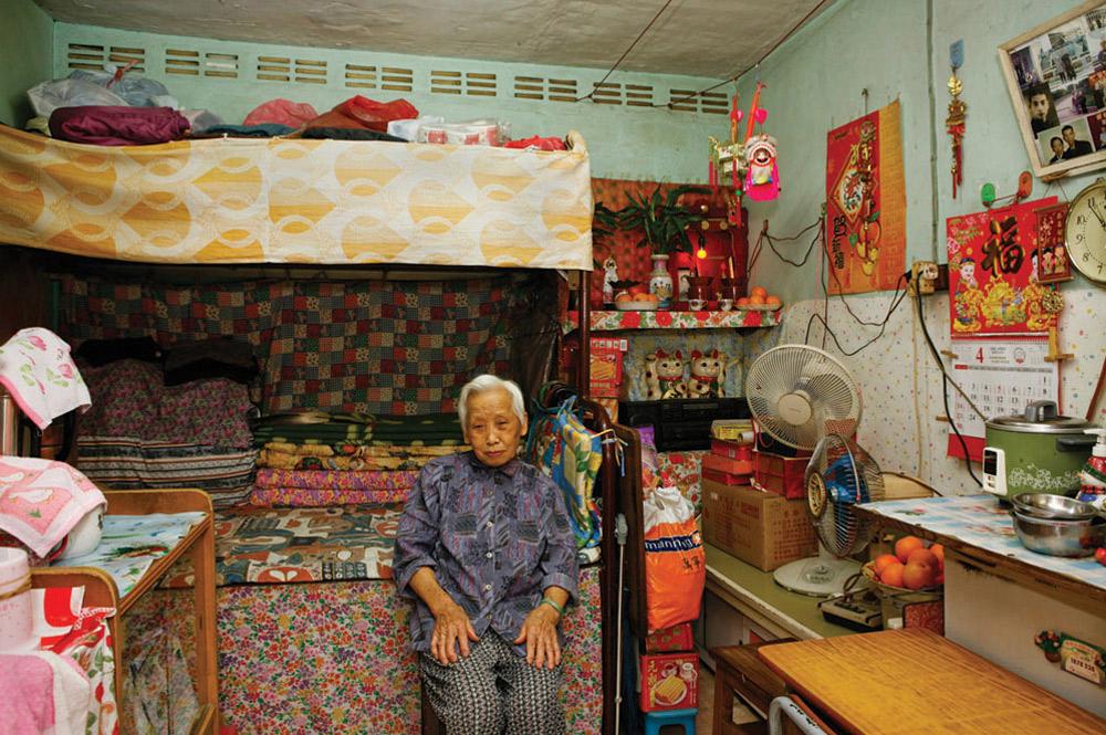 14. 88-летняя Тсе Ван Ва прожила в общежитии 30 лет. Она домохозяйка. Больше всего в этом месте ей нравятся дружелюбные соседи, а также то, что оно находится близко к рынку и транспорту. (Michael Wolf/ New York Times Lens)