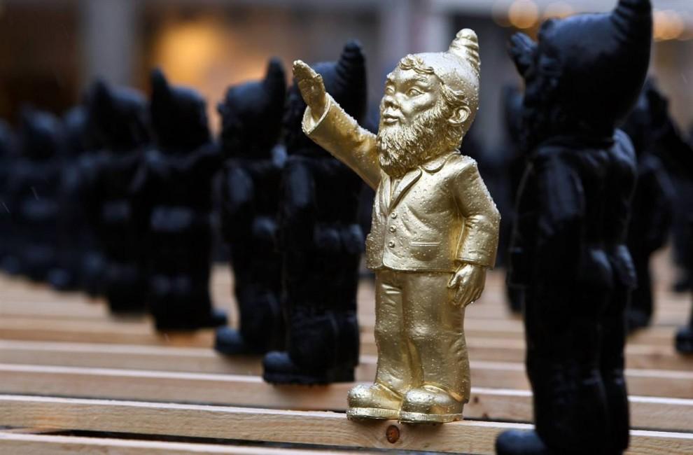 5. Гномики для сада с рукой поднятой вверх в римском приветствии были созданы немецким художником Оттмаром Херлом, который выставил их на главной площади Штраубинга в октябре 2009 года. Выставка вызвала множество споров, так как нацистские жесты и символика считаются незаконными в Германии со времен Второй мировой войны. (Alexander Hassenstein/Getty Images)