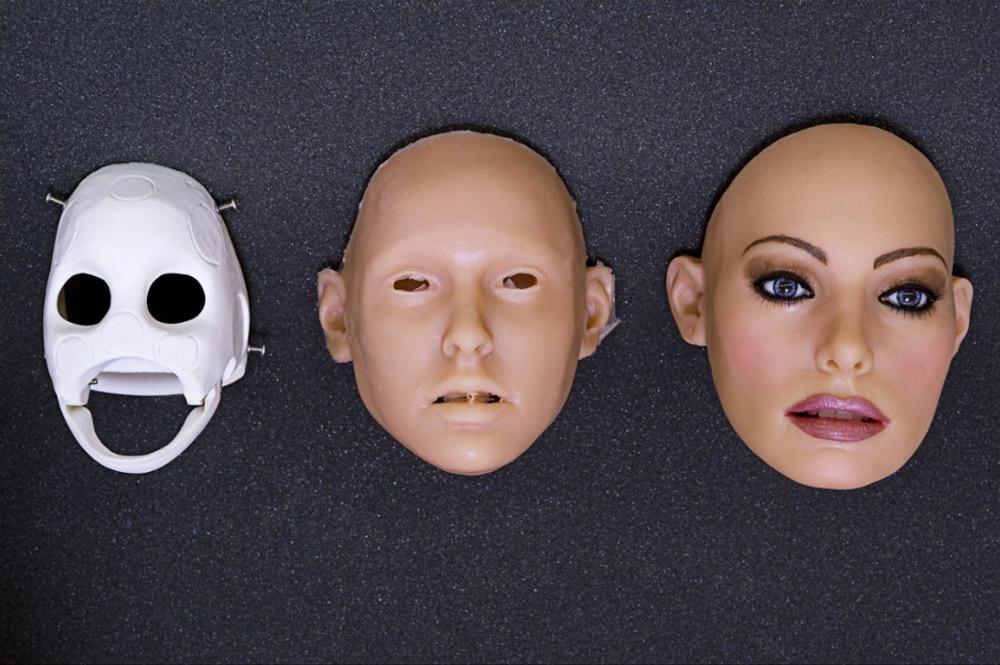 5. Слепок из стеклопластика используется для лица куклы. На создание лица уходит почти неделя. Чтобы изменить цвет кожи куклы, используются пигменты и пудра. Затем на лицо наносится настоящий макияж, который на нем и укрепляется. Зубы и десна сделаны из силикона. Клиенты могут выбрать один из пяти тонов кожи, 11 цветов глаз и 7 оттенков губ. Наиболее популярны голубые глаза и губы цвета абрикоса. Также компания предоставляет на выбор четыре цвета подводки для глаз и 8 теней для век.