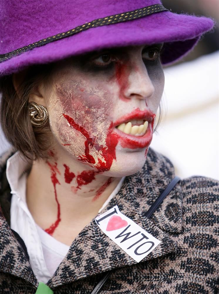 3) Участница акции протеста в изображает ВТО в виде вампира. (Valentin Flauraud / Reuters)