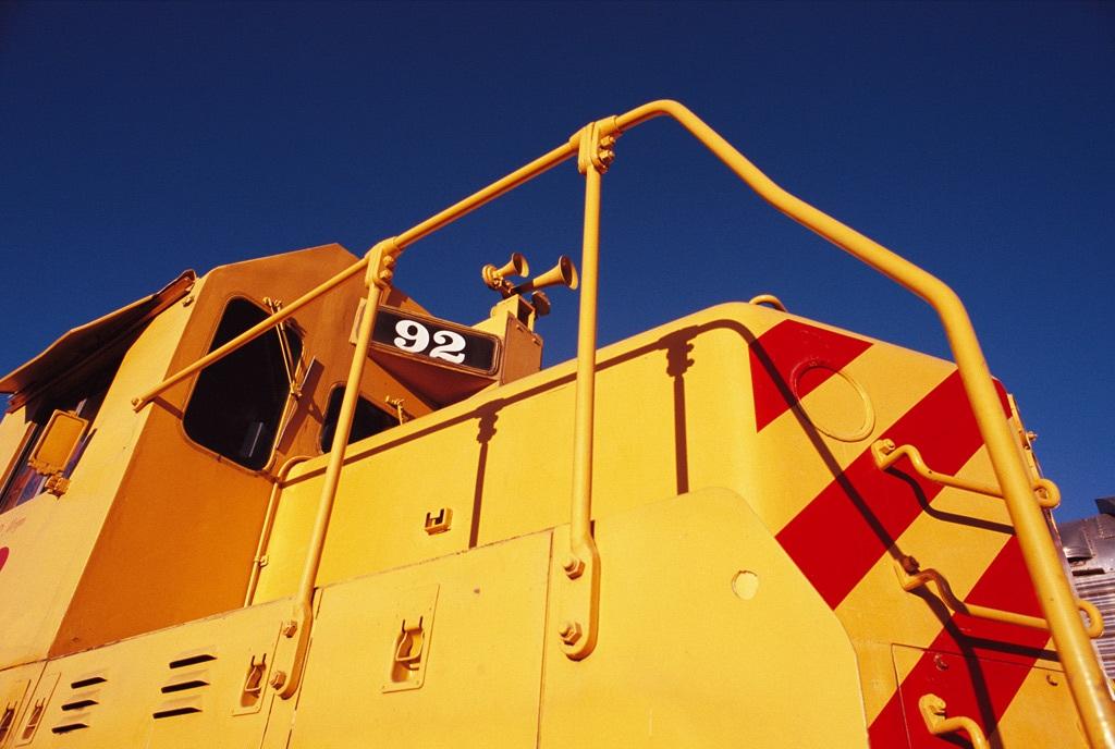 5. Ярко окрашенный поезд на фоне чистого голубого неба в Санта Фе, Нью-Мехико. Железная дорога Санта Фе – одна из самых знаменитых в Америке – слилась с северной железной дорогой Берлингтона в середине 1990-х. (Raul Touzon)