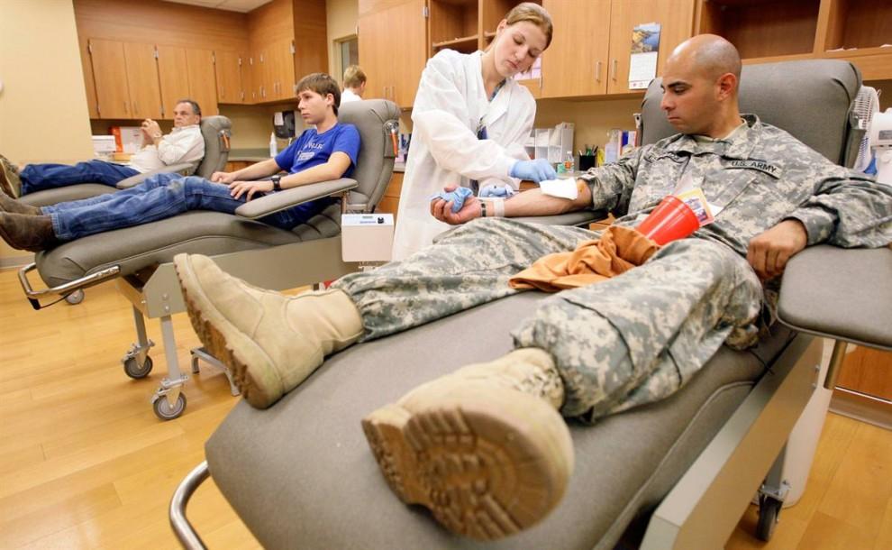 5. Врач Сумер Мосли берет кровь у рядового первого класса Хосе Эстрады в Форт-Худ в четверг в госпитале «Скотт и Уайт» в Темпле, Техас. Эстрада говорит, что стрельба в Форт-Худ побудила его приехать в Темпл и сдать кровь. (Tony Gutierrez / AP)