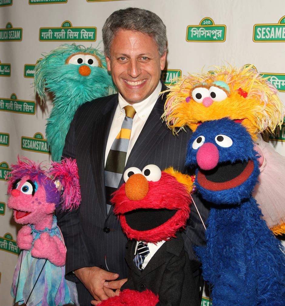 6. 27 мая 2009: исполнительный продюсер и президент компании «Sesame Workshop» Гэри Кнелл позирует для фото с куклами «Улицы Сезам» на 7-ом ежегодном гала-концерте в Нью-Йорке.