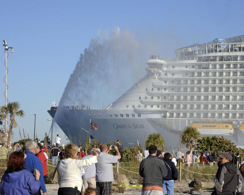 """6. Новейший круизный лайнер компании «Royal Caribbean International» «Оазис морей» заходит в Порт Эверглйэд, штат Флорида, 13 ноября 2009 года. Вместе с тем, это не последний корабль такого класса. Строительство судна-близнеца под названием """"Allure of the Seas"""" планируется завершить в конце 2010 года. (UPI/Joe Marino-Bill Cantrell)"""