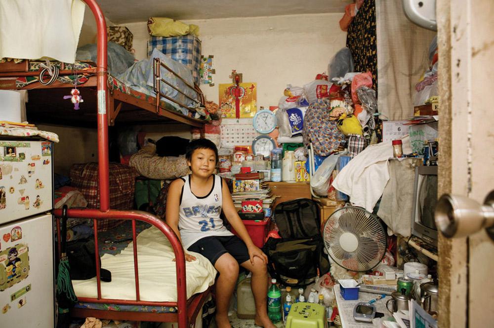 13. 11-летний Тсанг Кин Ва прожил в Шек Кип Мей 7 лет. Он учится в школе и больше всего в этом месте ему нравится его удобное расположение. (Michael Wolf/ New York Times Lens)