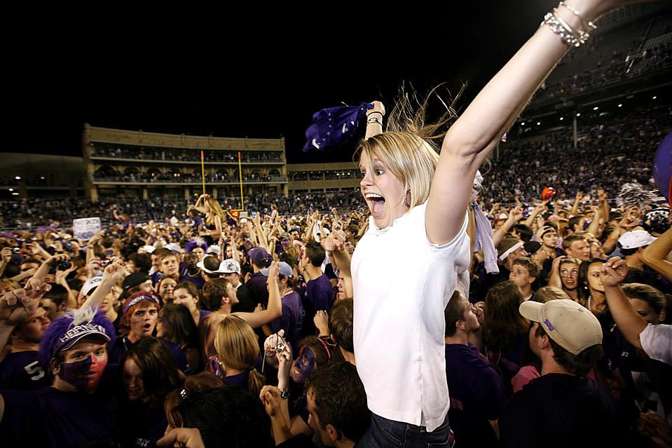 6) Болельщики команды Христианского Университета Техаса радуются победе своей команды над командой из штата Юта, после футбольного матча в Форт-Уорт, штат Техас. (Tom Pennington/Associated Press)