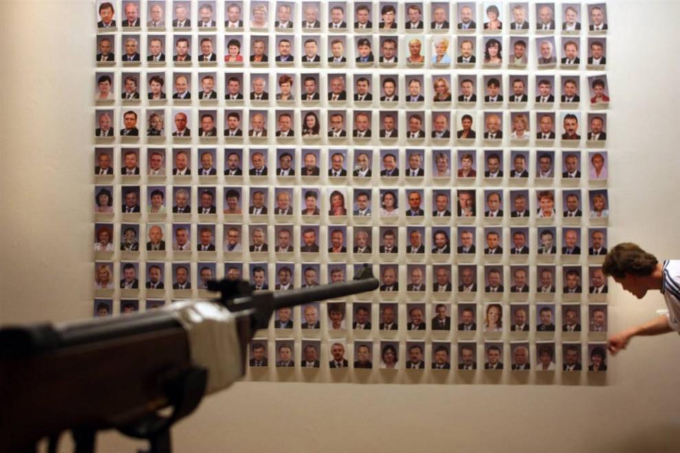 6. Выставка «Убей своего политика» в галерее в Праге в апреле 2009 года включает в себя портреты всех 200 членов чешской палаты депутатов. Посетителям разрешалось стрелять в портрет политика, который им не нравился. (Isifa/Getty Images)