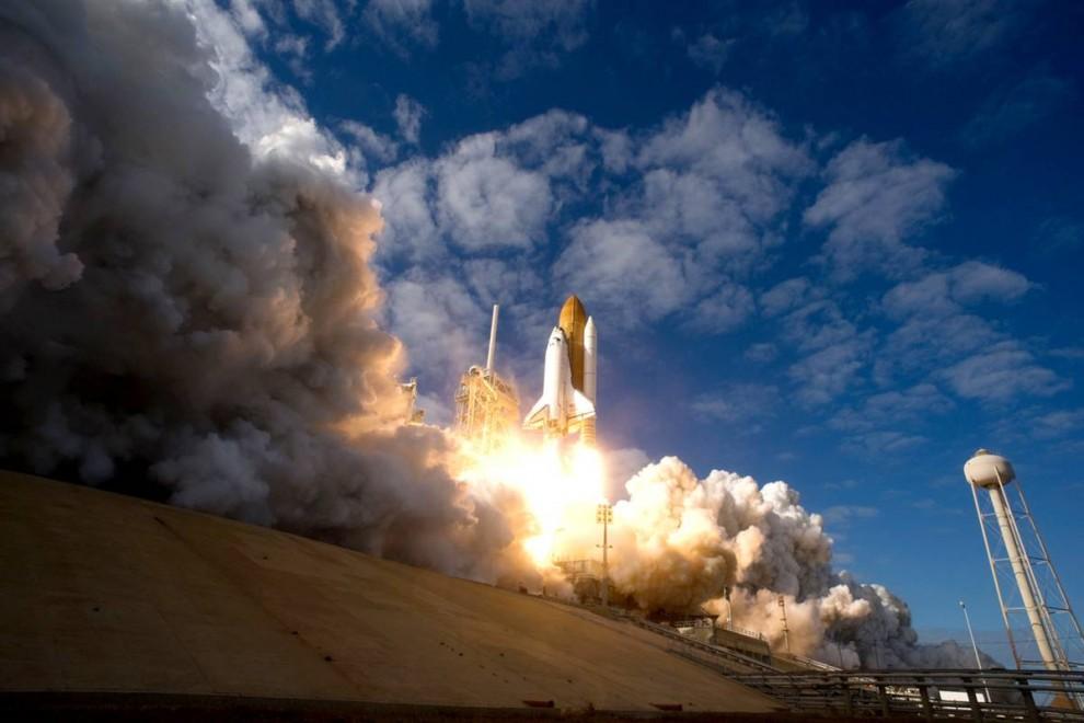 6. Космический корабль «Атлантис» с экипажем в шесть человек взлетает с платформы 39А в Космическом центре Кеннеди во Флориде 16 ноября, направляясь к Международной космической станции. (NASA)