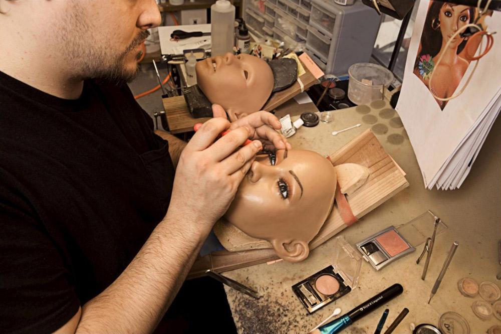 6. Стилист Дерек Транк, работающий в компании уже два года, красит кукле глаза. Он говорит, что на создание лица уходит около недели. Зубы и десны также делаются из силикона.