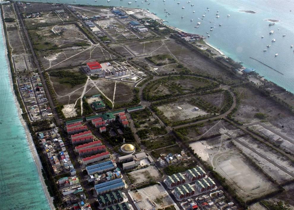 6. Нация Индийского океана на Мальдивах построила этот возвышающийся остров в 1990-ых, чтобы «оторваться» от повышающегося уровня моря. Главный остров страны – Мэйл – еще более плоский, и многие опасаются, что к концу века нация может просто исчезнуть. (Amal Jayasinghe / AFP - Getty Images)