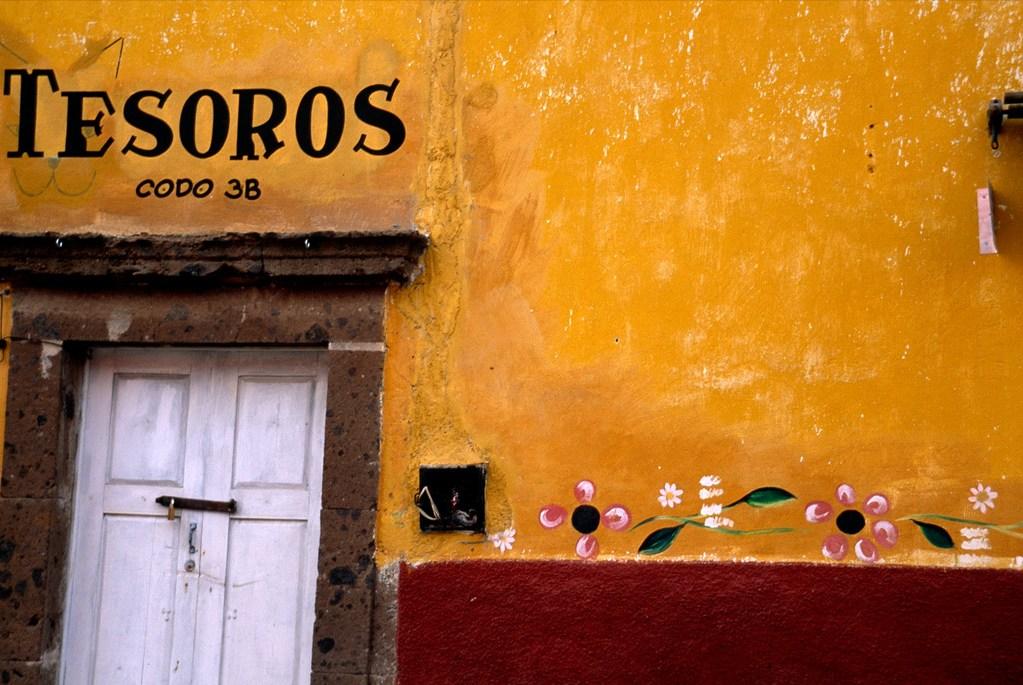 6. Розовые цветы и написанный от руки знак «Драгоценности» украшают желто-красную стену в Сан Мигель де Алленде, Мексика. Хороший умеренный климат города привлекает сюда многих иностранцев. (Gina Martin)