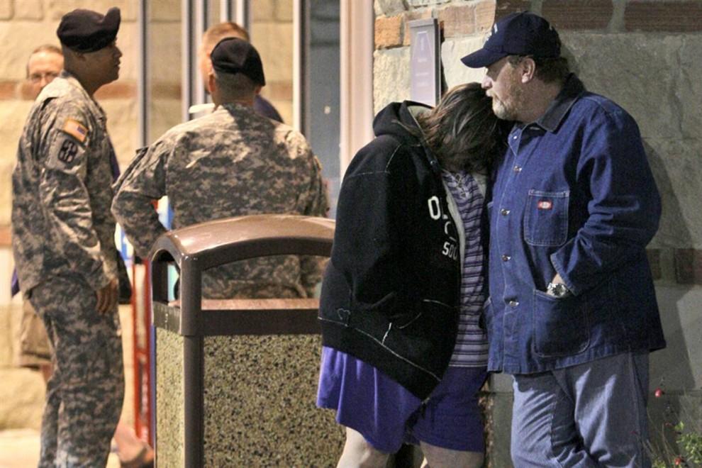 6. Джеми Кастил и ее муж Скотти (справа) из Дункана, Окланд, стоят у пункта медицинской помощи госпиталя «Скотт и Уайт» в Темпле, Техас, в четверг. Они ждут новостей о своем зяте – солдате США Мэттью Куке, которого ранили в Форт-Худ. (Tony Gutierrez / AP)