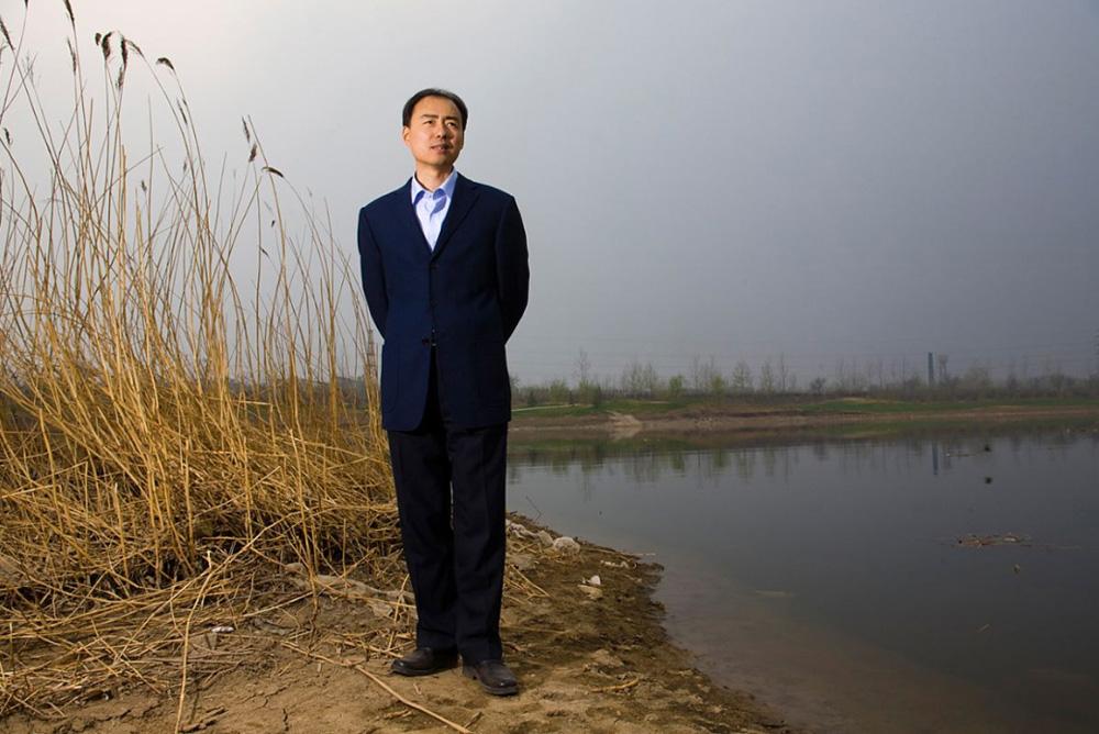 7) Активист выступающий за защиту окружающей среды Ма Джун стоит на берегу реки 6 апреля 2006 в Пекине. Бывший журналист, сейчас Ма Джун стал влиятельным китайским правозащитником, который разоблачает потенциально катастрофические последствия роста объемов промышленности.