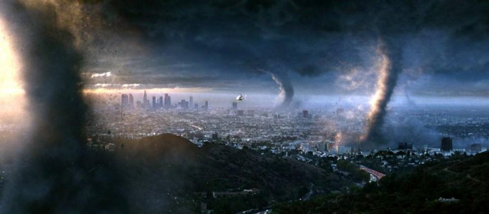 7. В фильме 2004 года «Послезавтра» главным отрицательным персонажем выступила погода. В фильме показаны катастрофические последствия, как глобального потепления, так и глобального похолодания. Град размером с футбольный мяч бьет по Токио, а торнадо уничтожают Международный аэропорт Лос-Анджелеса, пока мир впадает в новый Ледниковый период. (20th Century Fox)