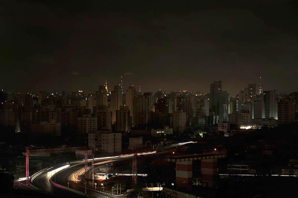 7) Жилые дома в Сан-Паулу, Бразилия, в темноте во время массового отключения электричества, из-за которого десятки миллионов людей оказались в темноте. (Mauricio Lima/AFP/Getty Images)