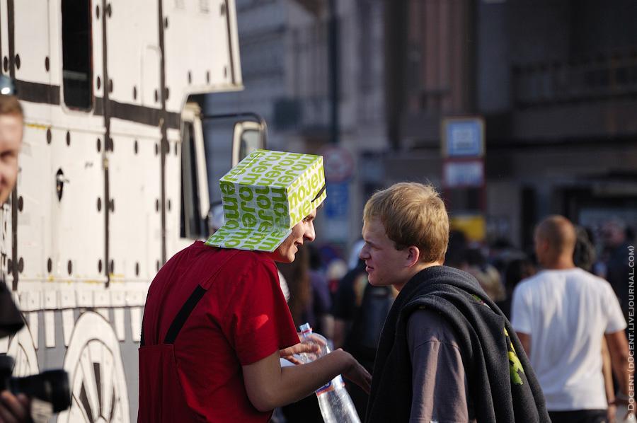 7) А вот человек с коробкой на голове.