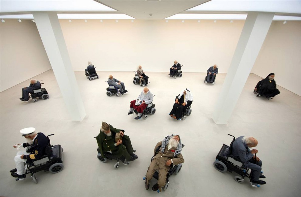 7. Инсталляция «Дом престарелых» китайских художников Сунь Юань и Пэн Юй включает в себя фигуры в костюмах мировых лидеров на электрических инвалидных креслах, которые крутятся вокруг, иногда натыкаясь друг на друга. В своих работах художники используют такие материалы, как человеческий жир. (Dan Kitwood/Getty Images)
