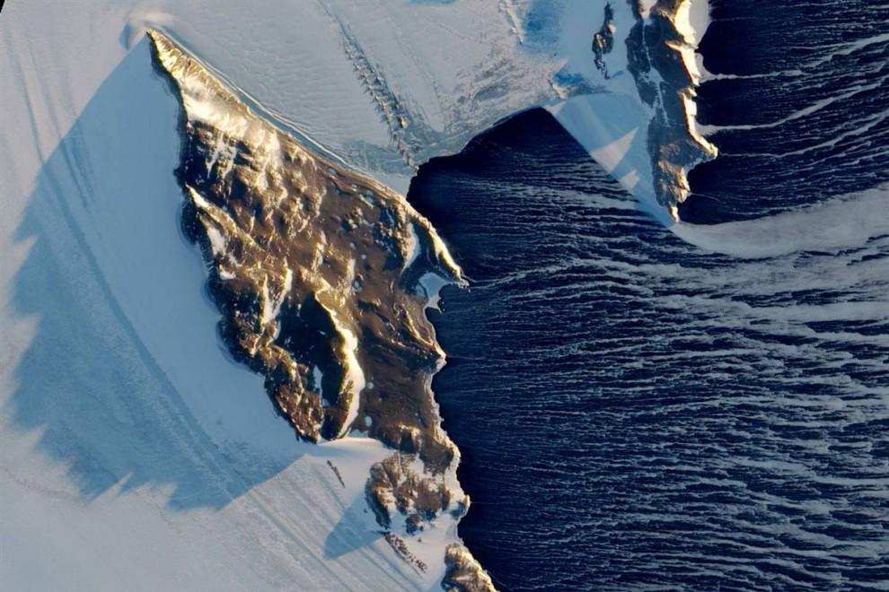 7. За несколько дней до начала весны в Южном полушарии. Неописуемый остров Антарктики и подножье Северных гор подсвечиваются мерцанием солнца под малым углом на этом снимке, сделанном спутником НАСА «Earth Observing 1» 16 сентября. Снимок, опубликованный 10 ноября, демонстрирует потоки недавно сформированного морского льда в воде залива Терри Нова. Это говорит о том, что здесь действуют настойчивые и яростные ветра Антарктики. (NASA)