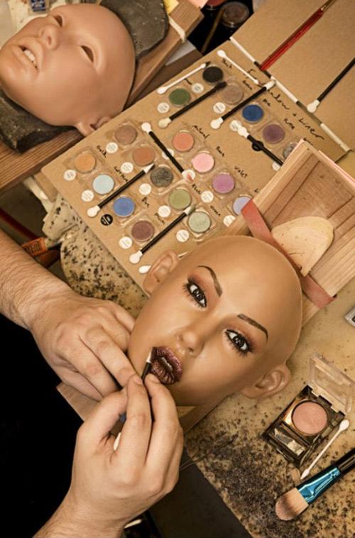 7. Стилист компании «Abyss Creations» Дерек Транк наносит помаду на губы куклы.