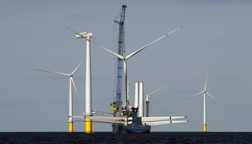 7. Попытки снизить выброс парниковых газов, вызванных сжиганием ископаемого топлива, включают в себя строительство конструкций для использования энергии ветра. Эта ветряная электростанция – крупнейшая станция, расположенная в воде, - была построена в 2009 году у западного побережья Дании недалеко от Эсбьерга. Платформы прикреплены ко дну океана. (Bob Strong / Reuters)