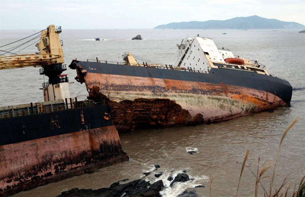 8. Иранское контейнерное судно «Зурик» на берегу Чжоушань, Китай, раскололся надвое после шторма 3 ноября. На борту было 37 человек, включая 2-летнего мальчика. Всех удалось спасти. (China Daily / Reuters)