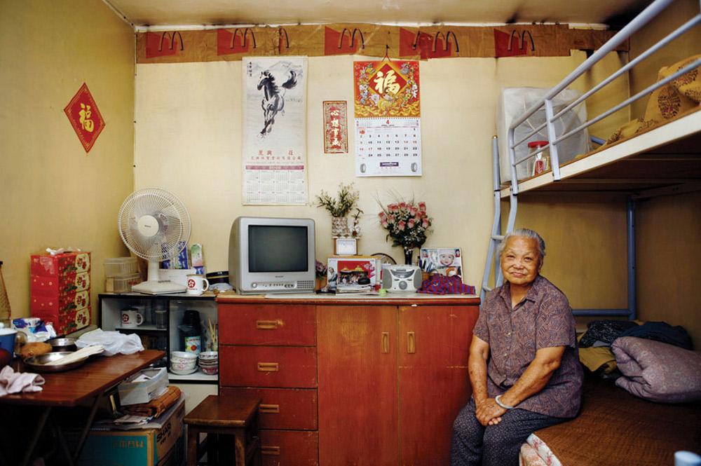 11. 85-летний Чан Хон Фан прожила в Шек Кип Мей 5 лет. Она домработница. На вопрос, что больше всего нравится в этом месте, ответила: «Здесь все дешевле, хорошие соседи, помогающие друг другу, можно сыграть с ними в маджонг». (Michael Wolf/ New York Times Lens)