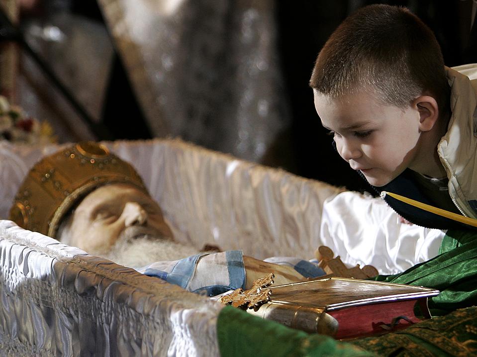 8 ) Мальчик смотрит на тело Патриарха Сербского Павла в храме святителя Саввы на Врачаре в Белграде. Патриарх Павел скончался в воскресенье утром в возрасте 95 лет (Darko Vojinovic/Associated Press)